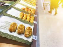 面包店在架子的产品显示在超级市场 免版税图库摄影