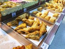 面包店在架子的产品显示在超级市场 图库摄影