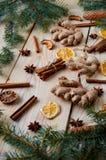 面包店桂香的,茴香传统香料担任主角,姜,在木背景的干桔子与圣诞树分支 免版税库存照片