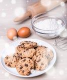面包店概念-烹调的巧克力曲奇饼成份 免版税库存图片