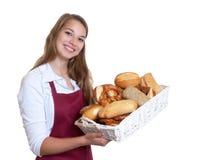 从面包店的笑的白肤金发的妇女 免版税库存图片