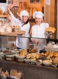面包店职员提供的面包 免版税图库摄影