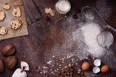 面包店背景,在土气厨房工作台面的烘烤的成份 被烘烤的曲奇饼用榛子、黑麦面包、牛奶和鸡蛋 顶层 库存照片