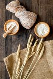 面包店设置了用在桌rystic背景顶视图的新鲜的小麦面包 库存图片
