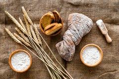 面包店设置了用在桌rystic背景顶视图的新鲜的小麦面包 免版税库存照片