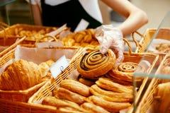 面包店食物 在面包点心店的新鲜的酥皮点心 免版税图库摄影