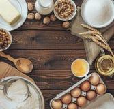 面包店食谱在土气木台式视图的文本背景 烘烤的蛋糕 免版税库存图片
