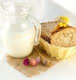 面包开花通配水罐的牛奶 免版税库存照片