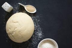 面包或薄饼的上升的或被证明的发酵面团 图库摄影