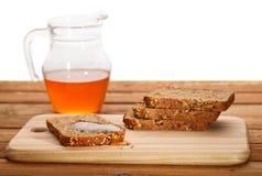 面包新鲜的蜂蜜 图库摄影