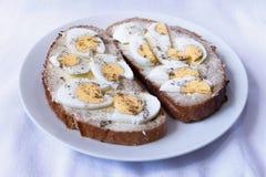 面包有黄油和蛋白背景 免版税库存照片