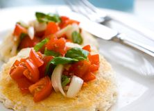 面包李子甜敬酒的蕃茄 免版税库存图片