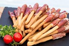 面包条grissini用在黑人石委员会的意大 典型的意大利快餐 免版税图库摄影