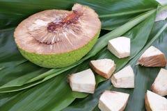 面包树果切片在拉罗通加库克群岛 库存图片