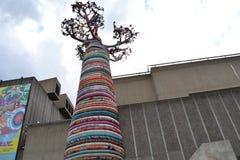 猴面包树树雕塑南银行伦敦 免版税库存图片