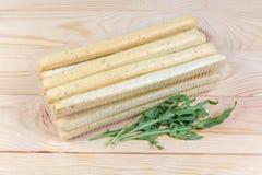 面包棒用在容器和芝麻菜叶子的意大利草本 库存图片