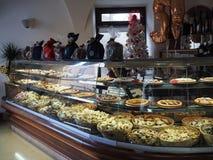 面包点心店在贝瓦尼亚中世纪镇在意大利 免版税图库摄影