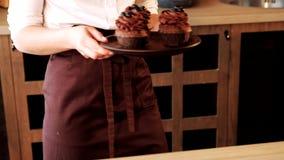 面包点心店巧克力杯形蛋糕蓝莓服务 影视素材