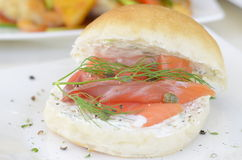 面包熏制鲑鱼 库存图片