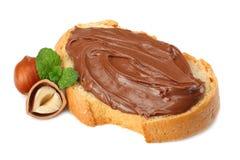 面包片与巧克力奶油的用在白色背景隔绝的榛子 库存图片