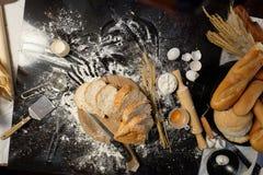 面包片在木切板的在桌上 图库摄影