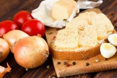 面包片用在砧板的成熟的乳酪 免版税库存图片