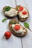 面包片用在蕃茄旁边的白色乳酪 免版税图库摄影