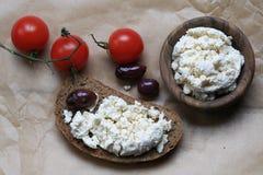 面包片用在蕃茄旁边的白色乳酪 库存图片