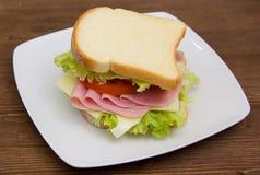 面包片用火腿和沙拉在木头 免版税库存照片