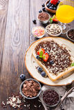 面包片用hagelslag巧克力洒 免版税库存照片