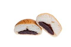 面包片里面是红豆,与裁减路线 免版税库存照片