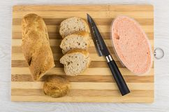 面包片,刀子,在瓶子的鱼子酱在切板 免版税图库摄影