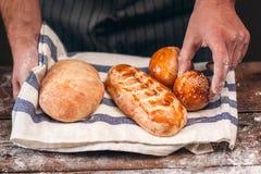 面包特写镜头贝克感人的有壳的小圆面包  免版税库存照片