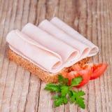 面包用切的火腿、新鲜的蕃茄和荷兰芹 免版税库存照片