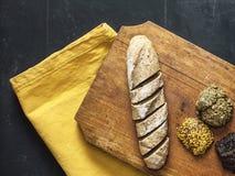 面包用在一个木切板的调味汁有黑黑板背景 免版税图库摄影