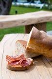 面包用在木桌上的蒜味咸腊肠 免版税图库摄影