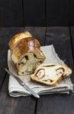 面包用在木背景的桂香 免版税图库摄影