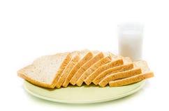 面包用在白色演播室的牛奶 免版税图库摄影