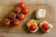 面包用在砧板的蕃茄 Frise, friselle 免版税库存照片