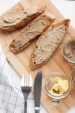 面包用小牛肉和兔子头脑用在一个竹委员会的黄油 顶视图 库存照片
