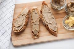 面包用小牛肉和兔子头脑用在一个竹委员会的黄油 免版税库存图片