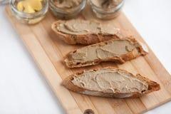 面包用小牛肉和兔子头脑用在一个竹委员会的黄油 库存照片