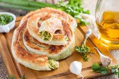 面包用新鲜的草本和橄榄油 免版税库存照片