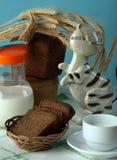 黑面包用牛奶 免版税库存照片