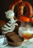 黑面包用牛奶 库存照片