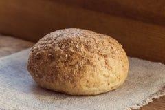 面包用麸皮在麻袋布,健康食品的概念 库存照片