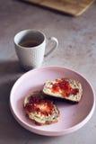 面包用黄油和自创果酱在木板材,特写镜头 免版税库存照片