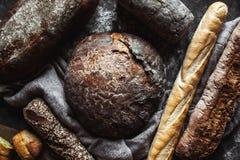 面包的不同的类型在黑背景的 免版税库存图片