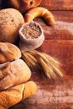 面包的分类在木桌上的 免版税图库摄影