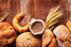 面包的分类在木桌上的 免版税库存图片